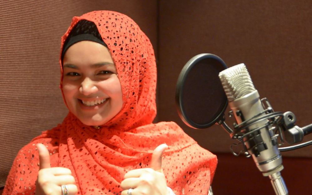 Siti Nurhaliza speaking and singing in Tamil