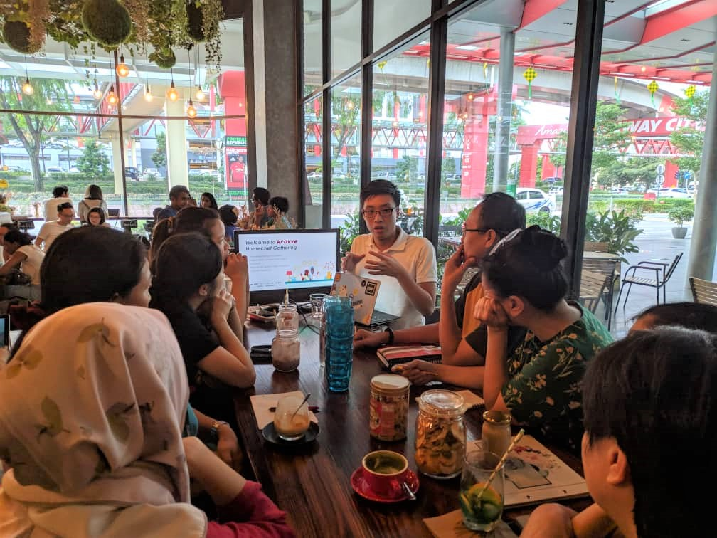 Kravve.co's CEO, Teh Yong Lin conducting a class on ecommerce with home-chefs